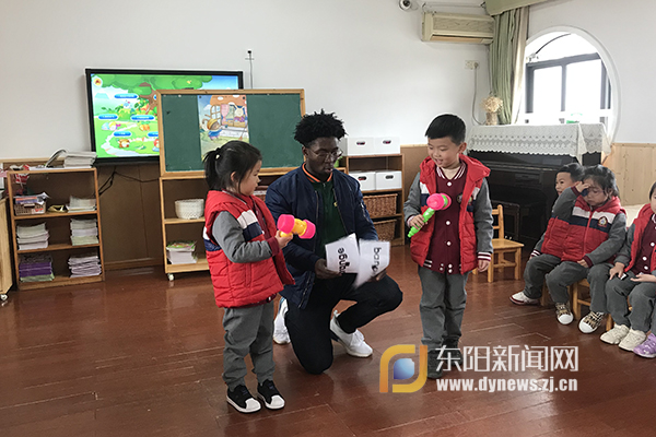 Teddy老师我太喜欢你了!你什么时候再来呀?3月15日上午,市实验幼儿园中一班教室里来了一位特殊的老师一位来自非洲的外教,他通过流利的口语、丰富的体态、精彩的游戏和孩子们进行了零距离的接触,让孩子们在轻松快乐的氛围中学习了英语。   据了解,这只是实验幼儿园家长老师进课堂活动的一个缩影,该园注重有意识地发现、挖掘一批学有所长又能热心分享的家长,丰富课程资源。家长和老师只是称呼不同,但教育的目的都是一致的,只有多渠道带动全体家长共同担当起家庭教育的责任,才能更好地绽放每个生